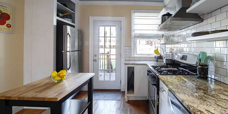 Mirror-Backsplash-for-the-Illusion-of-Space